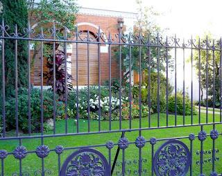 El jardín destaca la casa