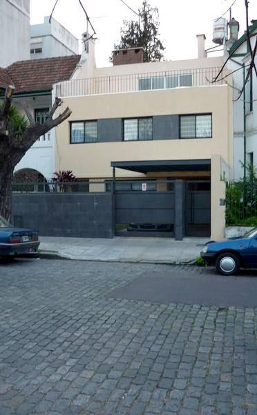 Arquitectura de casas una casa moderna entre medianeras for Casas largas y estrechas