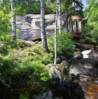 Arquitectura orgánica de una casa en el bosque