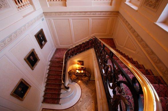 Escalera interior en el chateau
