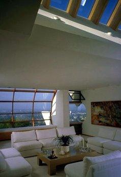 Vanguardismo arquitectónico de una residencia californiana: sala de estar