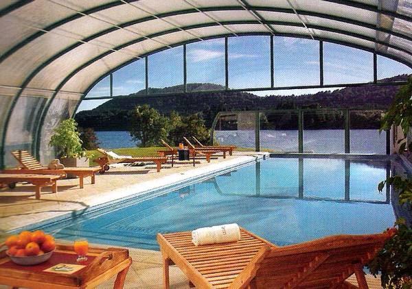 Arquitectura de casas piscina cubierta junto a la casa for Piscina cubierta illescas