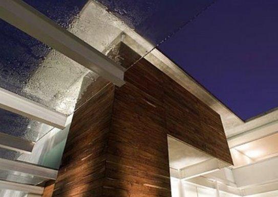 Detalle de materiales y diseño de alta calidad en la residencia