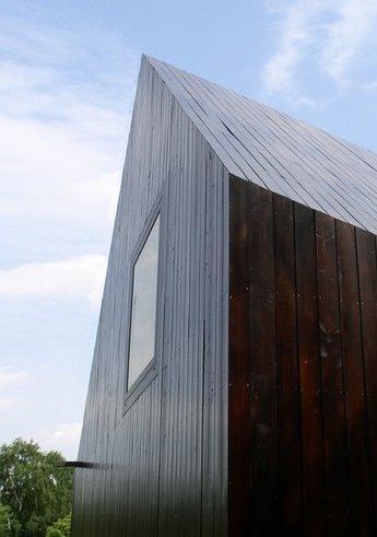 Detalle de paredes y techo en la ampliación del chalet