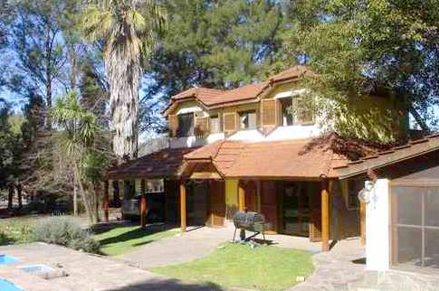 Casa tipo chalet y quincho en una quinta de Buenos Aires