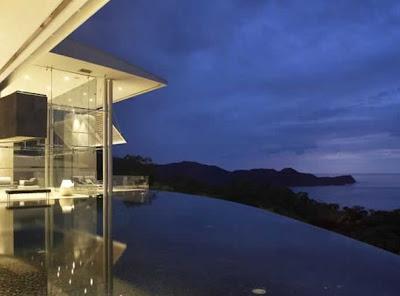 Vista nocturna de la casa por atrás y vista al océano