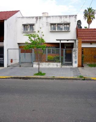 Imagen del frente de la casa racionalista de Villa del Parque en Buenos Aires