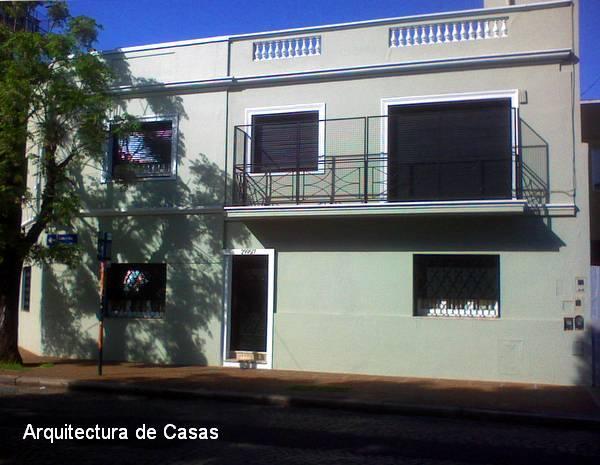 Fachada modernizada de una casa de barrio urbano en Buenos Aires