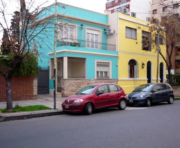 Fachadas de colores combinados en casas urbanas