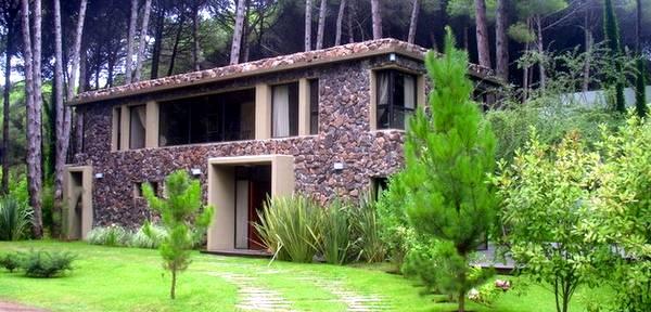 Casa moderna de estilo Contemporáneo de piedra y concreto