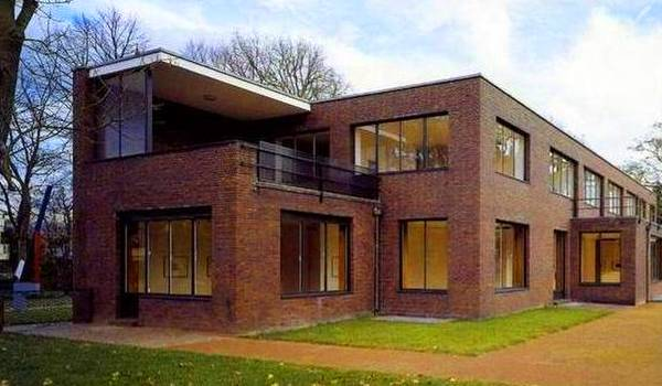 Casa de diseño y estilo Moderno de dos plantas con ladrillo vista