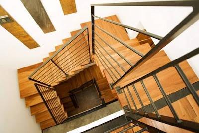 Escalera interior de residencia contemporánea en Estados Unidos