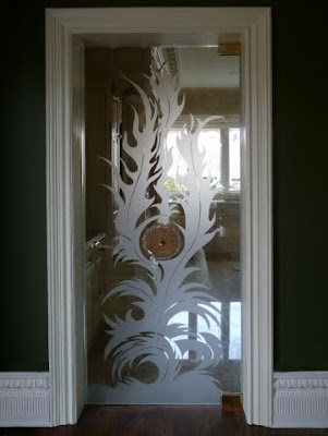 Puerta de vidrio decorada