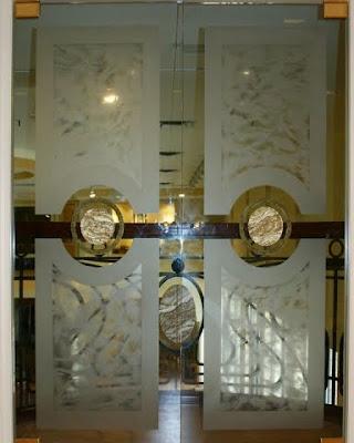 Puerta de vidrio doble hoja decorada