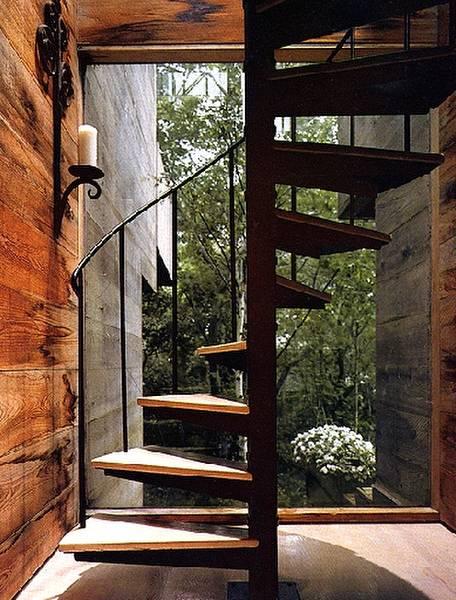 Escalera caracol interior y ventanal de la cabaña