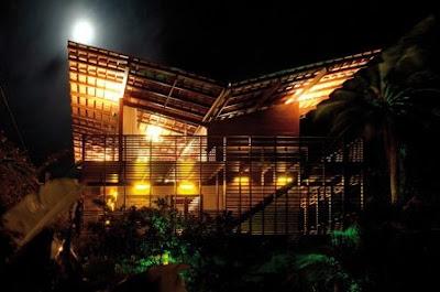 Imagen nocturna de casa Tropical sustentable en Brasil