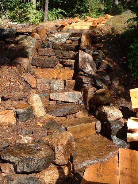 Escalera exterior de piedra rústica