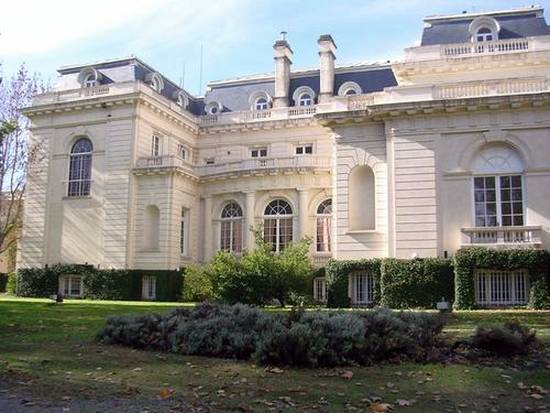 Fachada principal de la gran casa de campo en Buenos Aires
