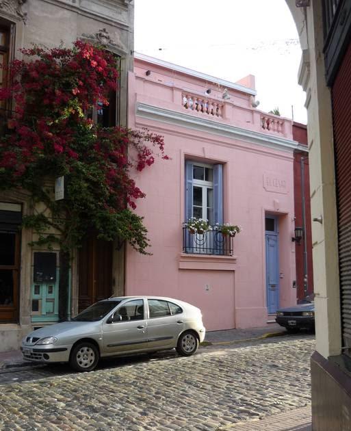 Arquitectura de casas colores de un barrio en buenos aires for Casa de diseno san telmo