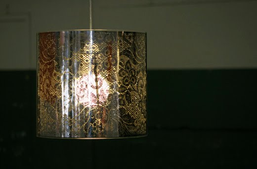 Arquitectura de casas: lámpara colgante de metal calado.
