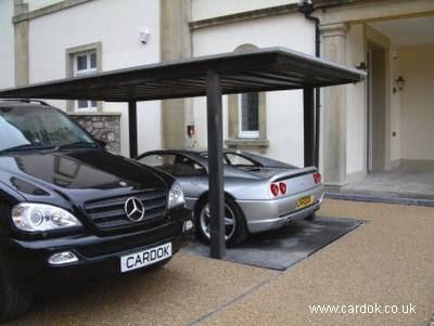 Garage con ascensor en una residencia europea