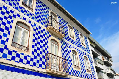 Fachada con azulejos