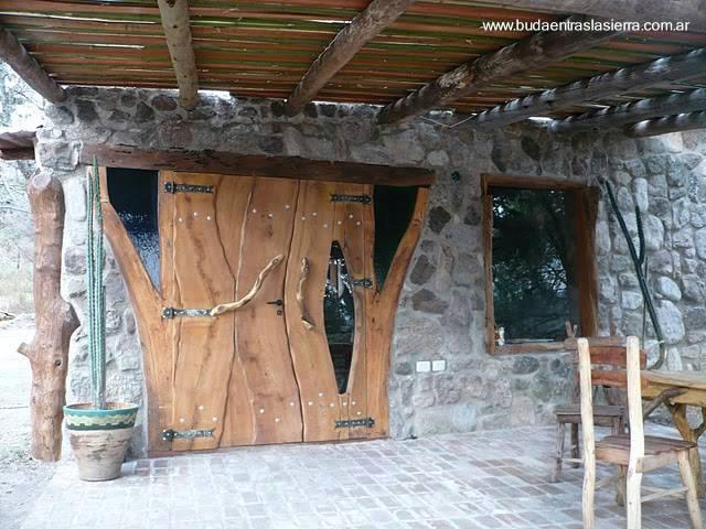 Arquitectura de casas puertas y ventanas r sticas en una - Como hacer una puerta rustica ...