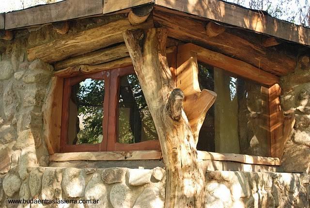 Arquitectura de casas puertas y ventanas r sticas en una - Casa de madera rustica ...