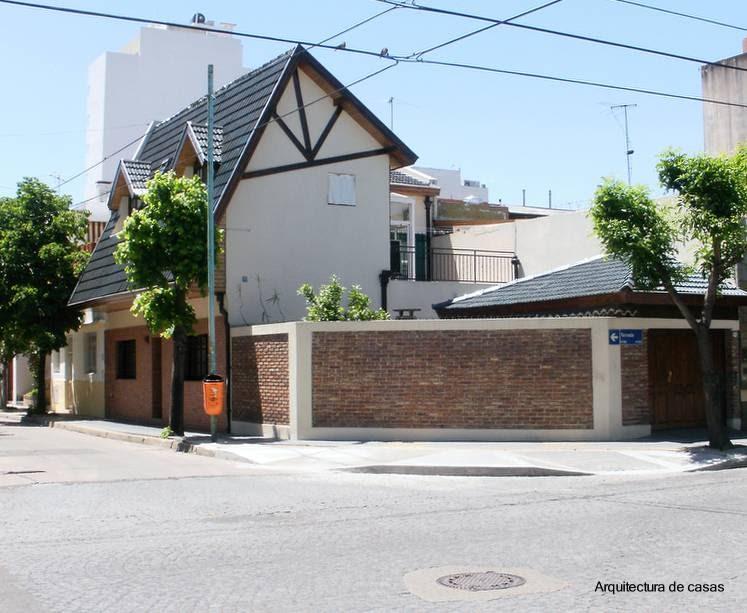 Arquitectura de casas techo de tejas inclinado for Imagenes de casa con techos de tejas