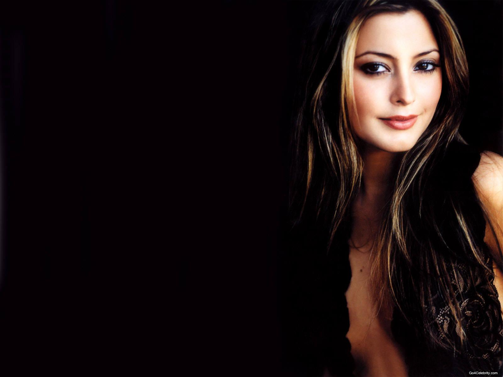 Download this Sexy Model Holly Valance Hot Wallpaper picture