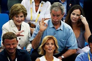 Bush passando vergonha diante da mulher e da filha