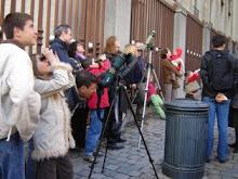 Visiteurs passionnés sur le trottoir de St Gudule