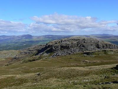 The rocky top of Foel Penolau from Moel Ysgyfarnogod
