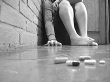 me tome una pastilla y entre frascos vacios q hoy alfombran mi cuarto no despierto ni puedo dormir