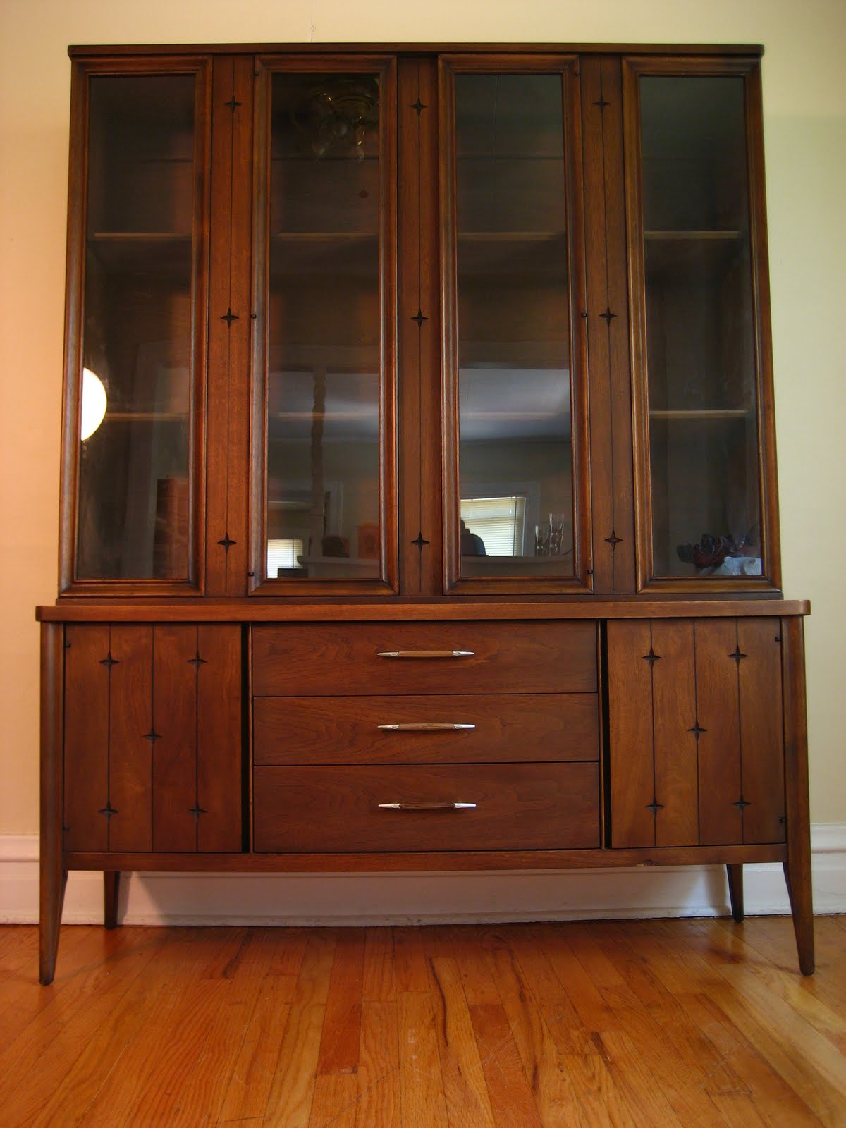 Flatout design broyhill china cabinet for China cabinet