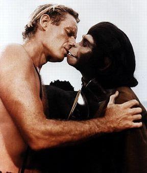 98.5% de similitud entre el genoma humano y el de chimpancés