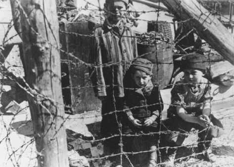 Niños judíos dentro del campo de concentración