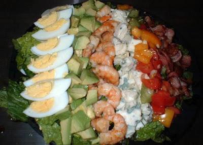 Салат из креветок с яйцом, огурцом, сыром, красными помидорами