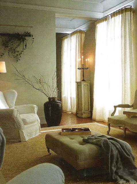 Living room image via Maisons Côté Sud Dec 2001-Jan 2002 edited by lb for linenandlavender.net