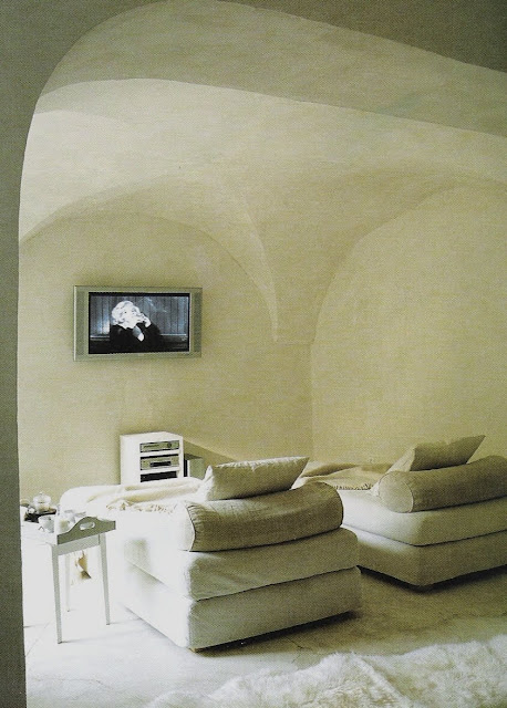 Ultra comfy, simply elegant screening room, Maisons Côté  Sud Dec04-Jan05, edited by lb for linenandlavender.net