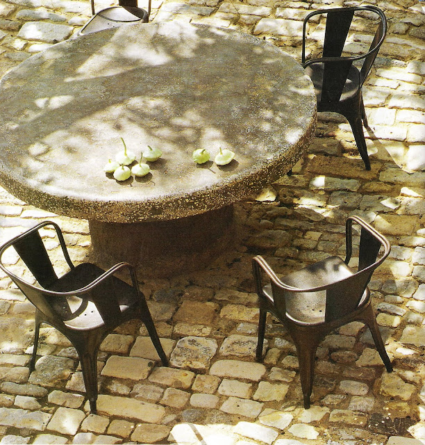 Ct Sud Fev-Mar 2005, round stone table edited by lb for  linenandlavender.net, here:  http://www.linenandlavender.net/2009/08/and-livin-is-easy.html