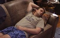 Och på andra sidan soffan ligger jag och gör exakt samma sak...