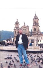El amigo Dr. Tomás Straka frente a la Cátedral de Bogota