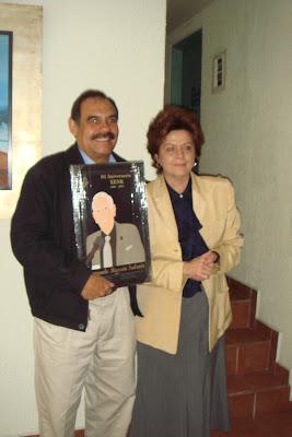 Quinta foto de la entrega de réplicas de la placa y regalos
