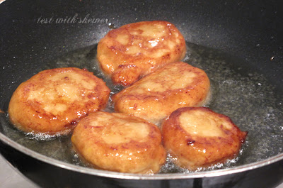 frying cucur kodok