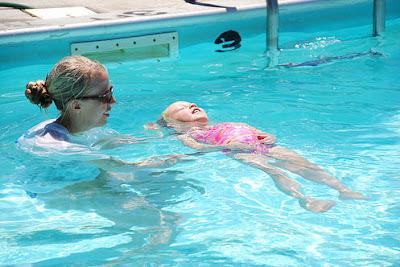 La ungene lære å svømme i syden!