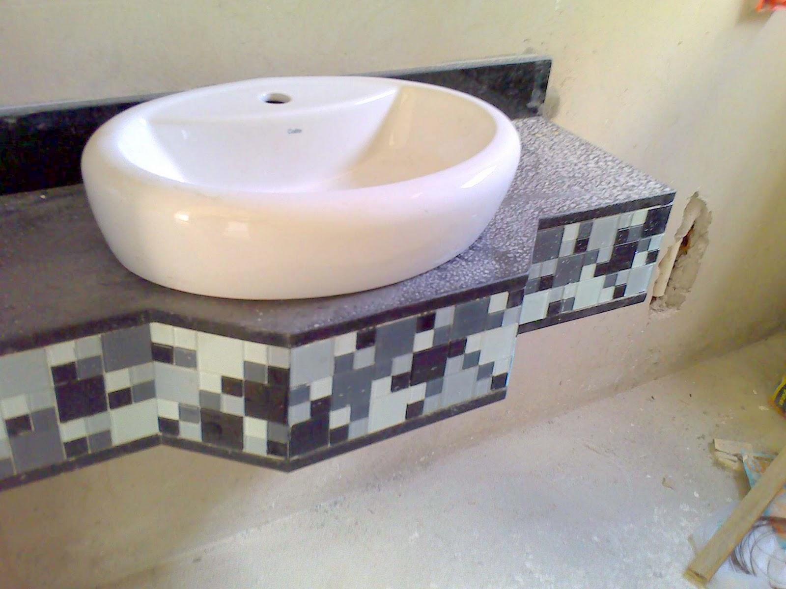 Bancadas de Granito Preto São Gabriel e pastilhas de vidro coloridas  #78694B 1600x1200 Banheiro Com Bancada De Granito