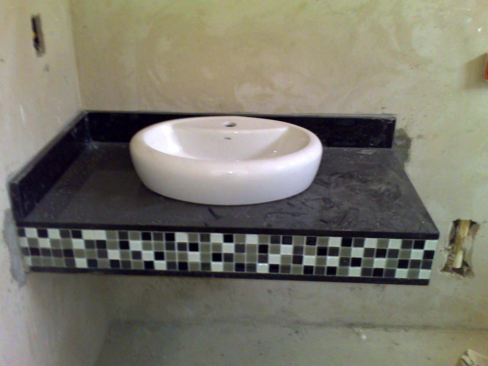 Bancadas de Granito Preto São Gabriel e pastilhas de vidro coloridas  #757556 1600x1200 Bancada De Banheiro Em Granito