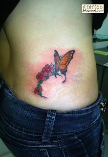 Borboleta com flores na parte baixa das costas