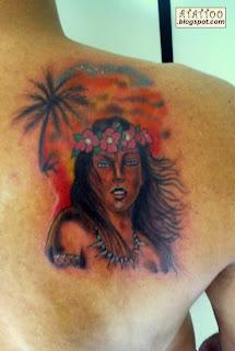 Havaiana tatuada na parte superior das costas